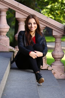 Schöner brunette auf der treppe