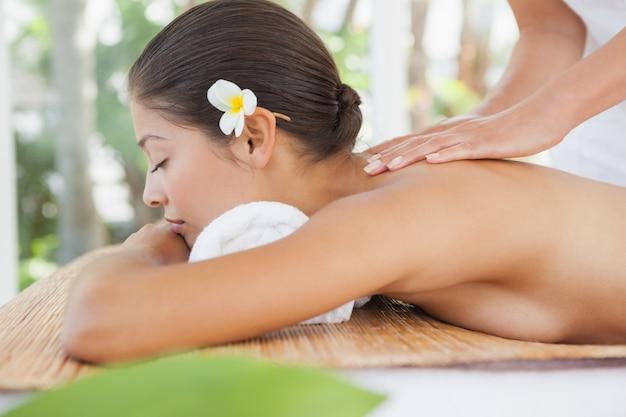 Schöner brunette, der eine massage genießt