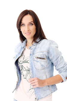 Schöner brunette in der jeanskleidung
