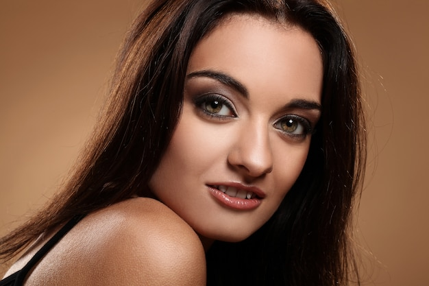 Schöner brunette mit abendmake-up