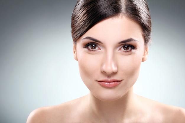 Schöner brunette mit sauberem gesicht