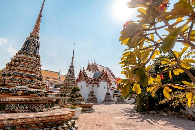 Schöner buddhistischer tempel wat pho in der hauptstadt von thailand bangkok gegen den blauen himmel,