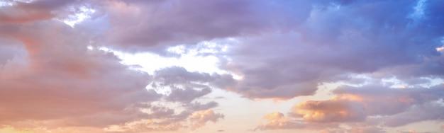 Schöner bunter himmel mit wolken