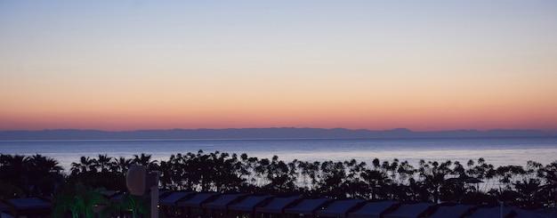 Schöner bunter sonnenuntergang über dem meer und die sonne scheint. abendhimmel.