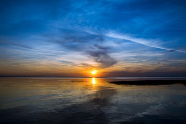 Schöner bunter sonnenuntergang unter meer. abendlicher sonnenuntergang.