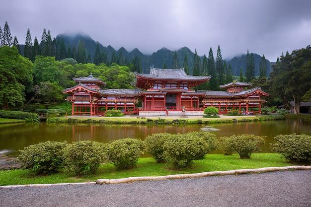 Schöner byodo-in-tempel mit den koolau-bergen im tal der tempel, oahu, hawaii, usa