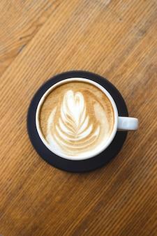 Schöner cappuccino mit kunst in einer weißen schale.
