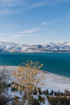 Schöner charvak am winterschneetag in usbekistan