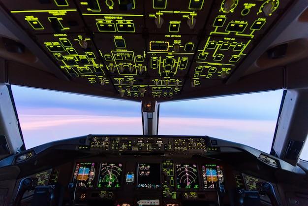 Schöner dämmerungssonnenunterganghimmel an der großen höhe von der flugzeugcockpitansicht.