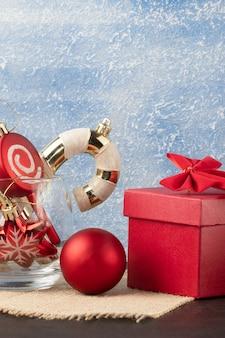 Schöner dekorativer weihnachtshintergrund mit kopienraum.