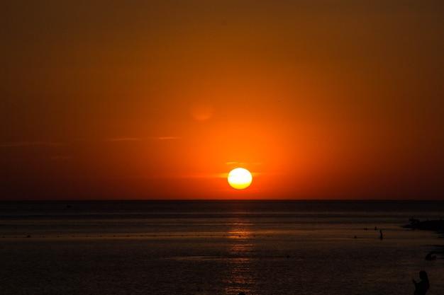 Schöner dramatischer dunkler sonnenuntergang über dem meer