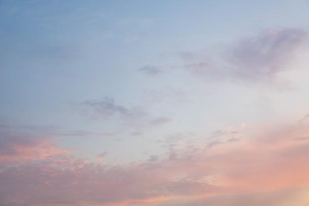 Schöner drastischer bewölkter himmelsonnenunterganghintergrund unter meerwasser mit gelben roten farben