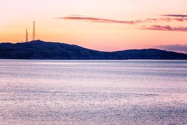 Schöner drastischer sonnenuntergang auf dem meer in einer berglandschaft