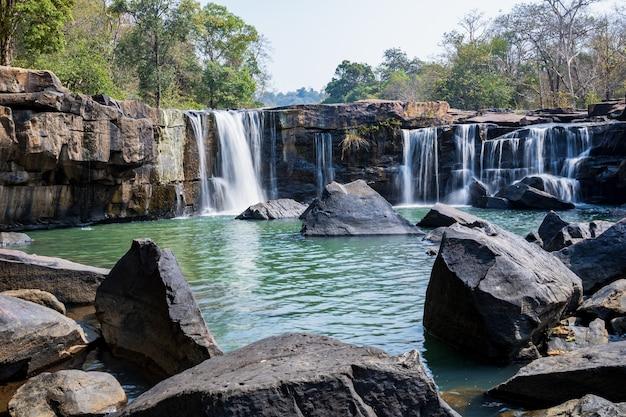 Schöner erfrischender wasserfall im naturwald