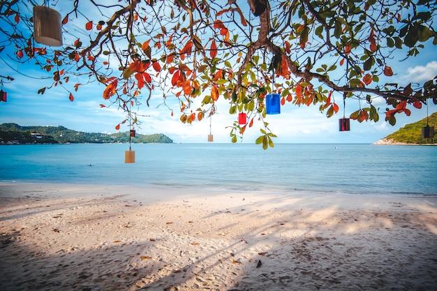 Schöner erstaunlicher unglaublicher tropischer strand, weißer sand, blauer himmel mit wolken und