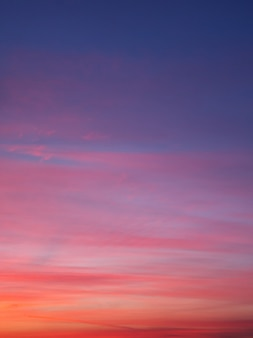 Schöner farbhimmel bei sonnenuntergang hautnah.