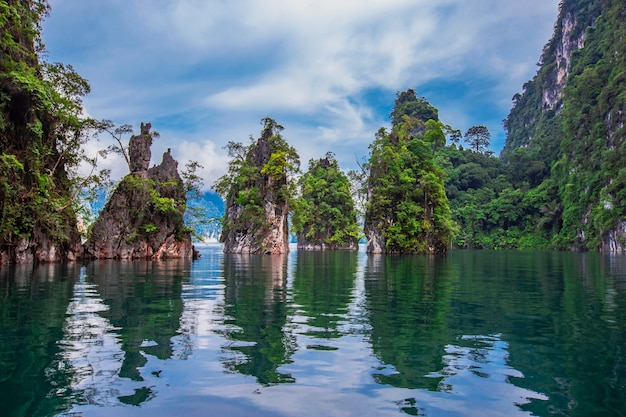 Schöner feiertag in nationalpark khao sok, suratthani, thailand