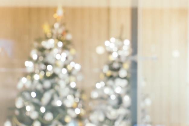 Schöner feiertag verzierte raum mit weihnachtsbaum, unscharf schuss für fotohintergrund