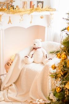 Schöner feiertag verzierte raum mit weihnachtsbaum