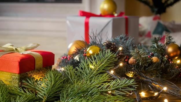 Schöner festlicher hintergrund mit weihnachtsschmuck, geschenkboxen und kranz