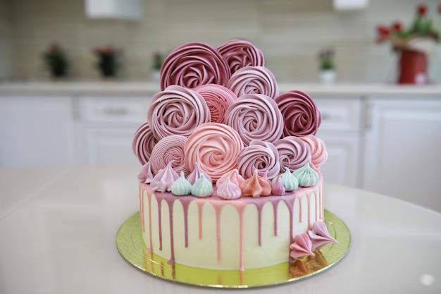 Schöner festlicher kuchenkeks mit verschiedenen cremes und dekoriert
