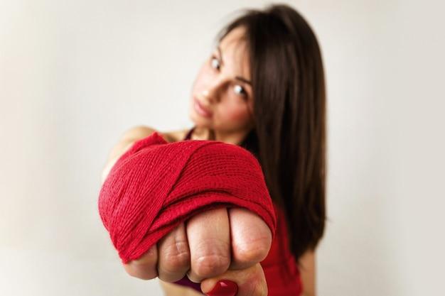 Schöner frauenboxer mit rotem bügel auf handgelenk.