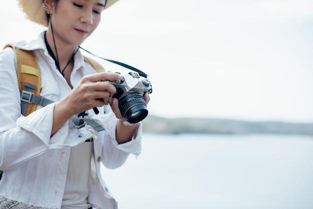 Schöner frauenreisender, der tempel fotografiert
