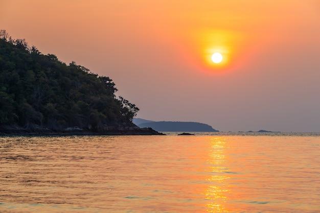 Schöner früher sonnenuntergang über und welle des meeres auf dem sandstrand der horizont sommerzeit am hat sai kaew strand in chanthaburi thailand.