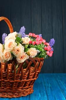 Schöner frühlingsblumenstrauß aus rosen und lavendel