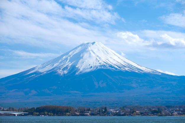 Schöner fujisan mit schnee mit einer kappe bedeckten und blauen himmel am see kawaguchiko