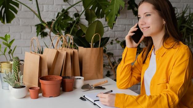 Schöner gärtner, der am telefon spricht