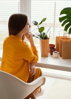 Schöner gärtner, der auf einem stuhl sitzt