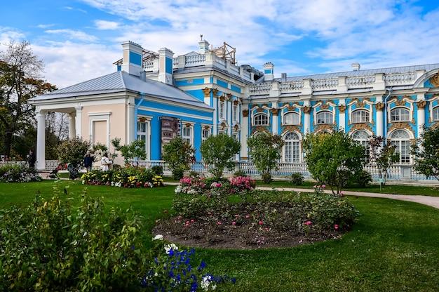 Schöner garten des katharinenpalastes. ein meisterwerk der russischen architektur. die stadt puschkin.