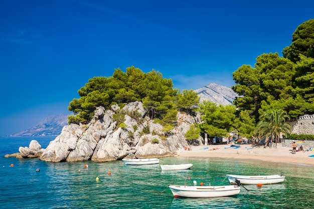 Schöner gemütlicher podrace strand in brela, makarska riviera, kroatien