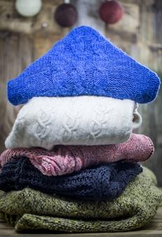 Schöner gemütlicher warmer pullover auf einem holz