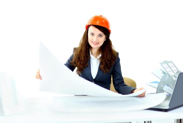 Schöner geschäftsfraueningenieur mit dem arbeitsplanbüro.
