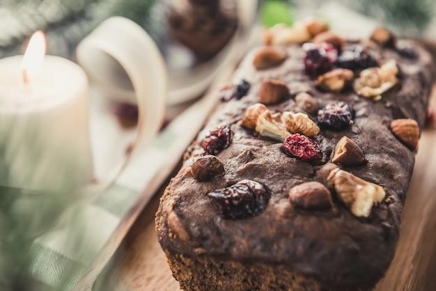 Schöner geschmackvoller getrockneter mischnuss weihnachtsfruchtkuchen auf holztisch