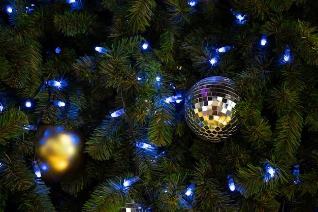 Schöner geschmückter weihnachtsbaum. feiertagshintergrund