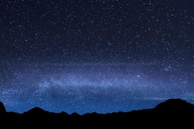 Schöner glänzender stern im himmel am berg rinjani