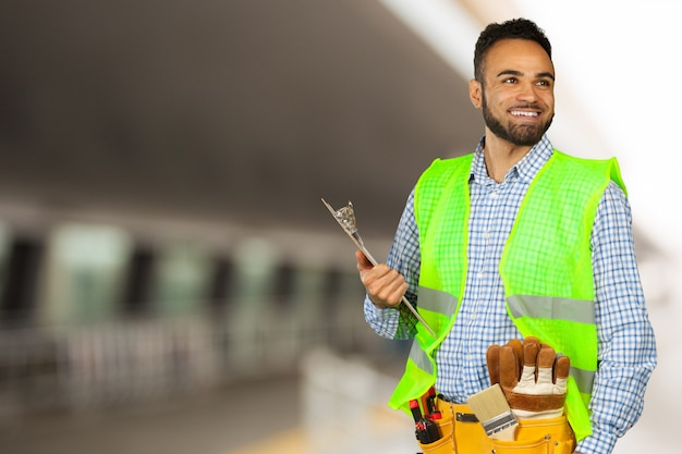 Schöner glücklicher arbeiter