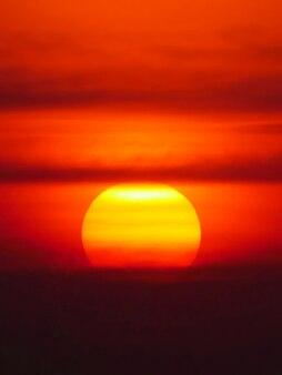 Schöner großer sonnenuntergang über dem meer