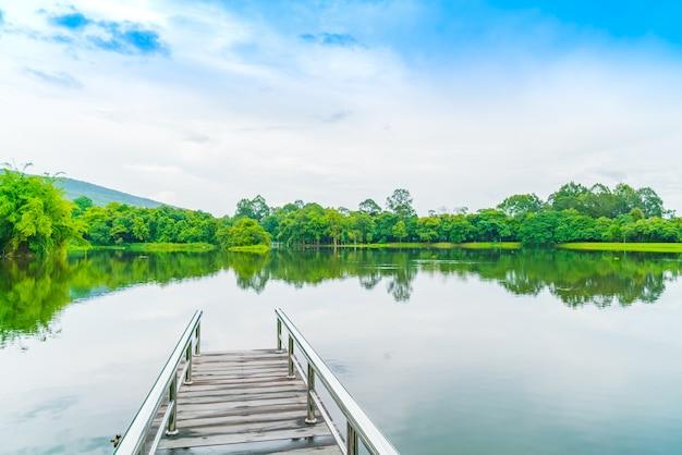 Schöner grüner park mit see, ang kaew in chiang mai universi