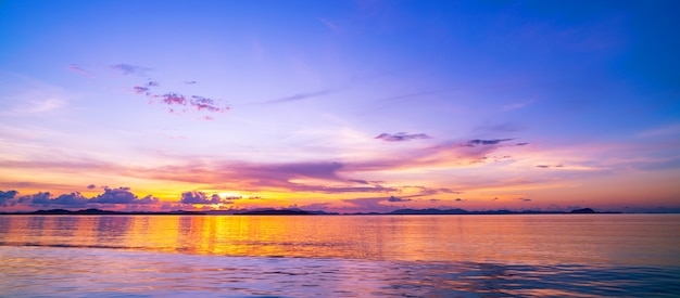 Schöner heller sonnenuntergang oder sonnenaufgang über seelandschaftsnatur mit reflex in der wasseroberfläche.