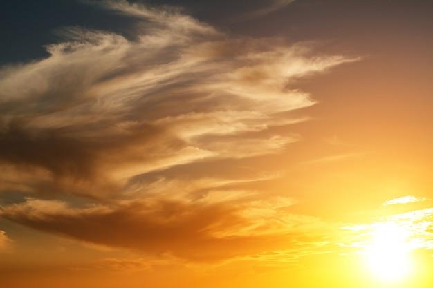 Schöner heller sonnenunterganghimmel mit wolken