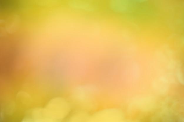 Schöner herbst unscharfer hintergrund. schöner hintergrund des herbstes mit sonnigen strahlen