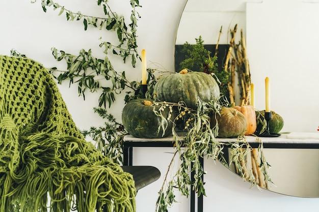 Schöner herbsttabellendekor mit grünem kürbis