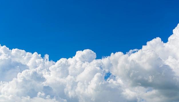 Schöner himmel bewölkt naturhintergrund.