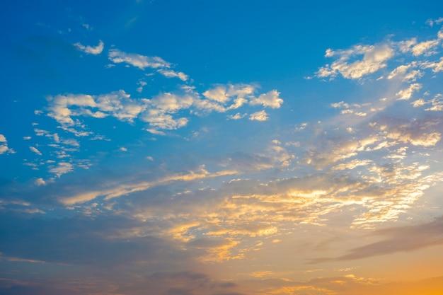 Schöner himmel bewölkt sich bunt