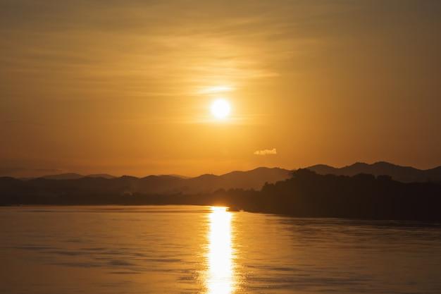 Schöner himmel des sonnenuntergangsonnenaufgangs helle farb, drastischer sonnenuntergang und sonnenaufganghimmel