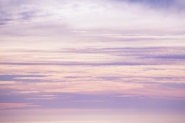 Schöner himmel in der abenddämmerung von rosa und violetten tönen